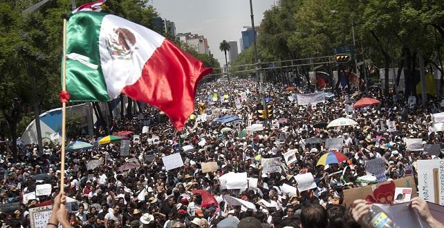 """MÉXICO, D.F., 19MAYO2012.- Estudiantes de la UNAM, IPN, IBERO, sociedad civil y algunas organizaciones sociales; realizaron la Marcha Anti Peña Nieto, convocada por las redes sociales para repudiar la posibilidad del regreso al poder del Partido Revolucionario Institucional y de su candidato Enrique Peña Nieto. Con consignas como """"Todos somos Atenco"""", """"ni un voto al PRI, ni PAN, ni PRD""""; los manifestantes, en su mayoria jóvenes, caminaron del zócalo a el angel de la independencia y de regreso. FOTO: ADOLFO VLADIMIR/CUARTOSCURO.COM"""
